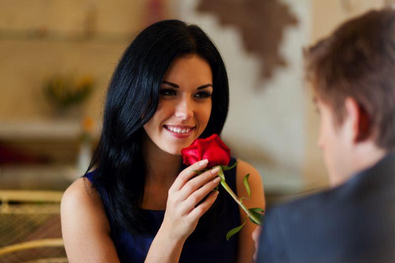 Dating-Couple Анхны уулзалтаараа л хүний сэтгэлийг татах шилдэг аргууд