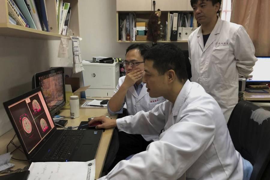 doctors-huddle-around-computer Хятадууд хар тамхины донтолтод анх удаа тархины имплант ашиглав