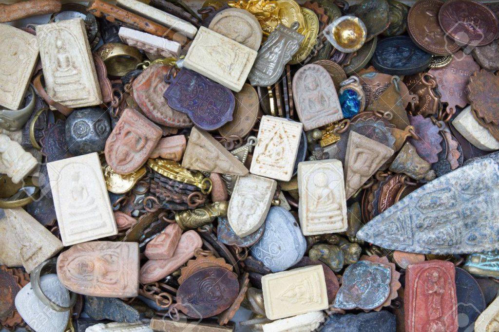 25697572-background-talismans-amulets-old-shapes-of-different-colors-1024x682 Муу энергиэс өөрийгөө хамгаалах арга