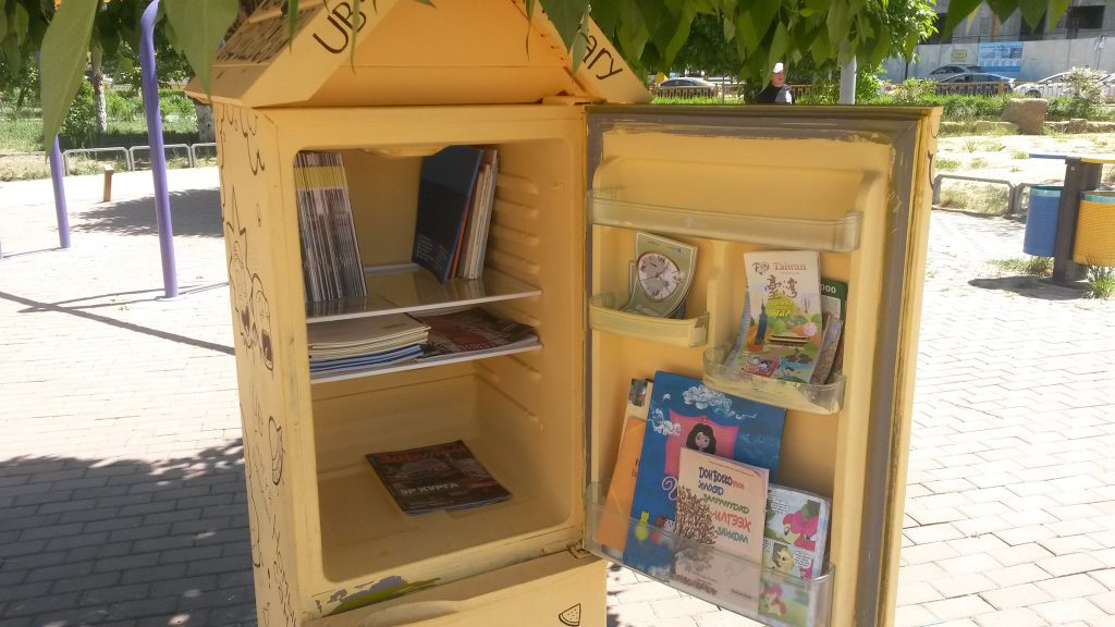 """62258361_2285591898187217_1136188256187056128_o-1024x576 Монголын анхны """"Гудамжны номын сан""""-г хөргөгчөөр хийжээ"""