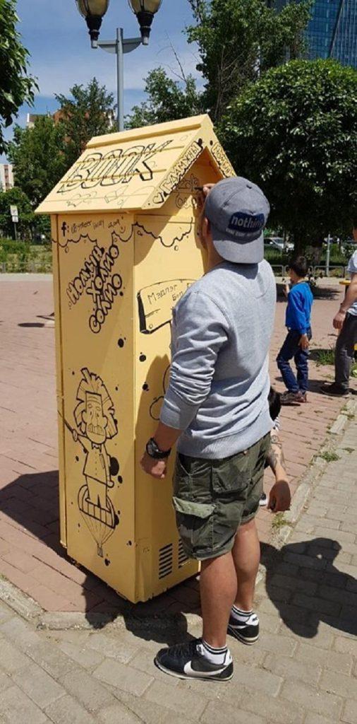 """62340357_2255035021246923_3867772935158628352_n2-506x1024 Монголын анхны """"Гудамжны номын сан""""-г хөргөгчөөр хийжээ"""