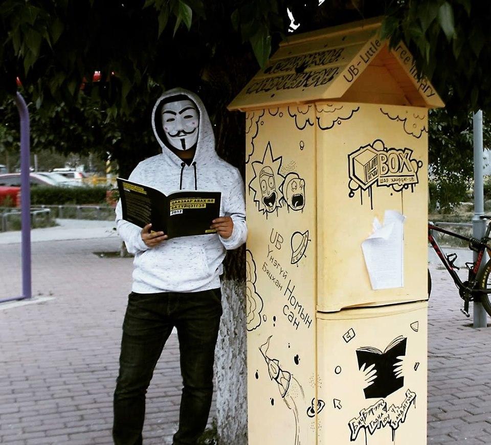 """62568363_302565037313772_789936956380282880_n Монголын анхны """"Гудамжны номын сан""""-г хөргөгчөөр хийжээ"""