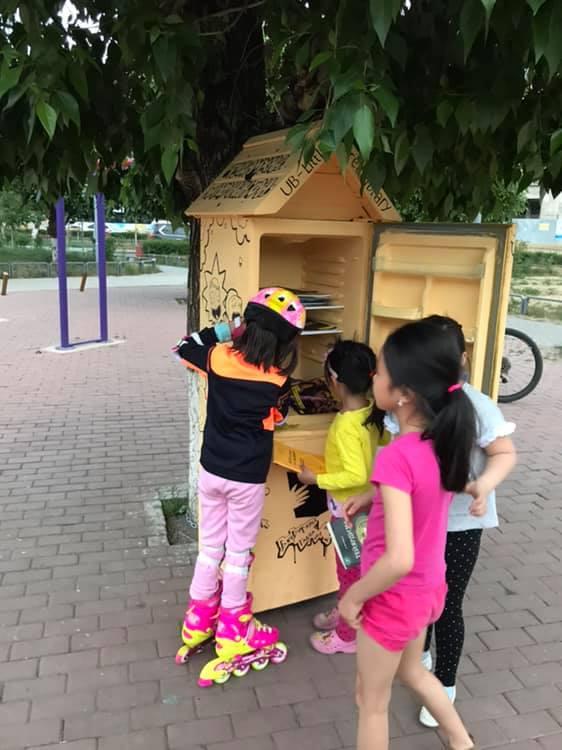 """64100002_631881147292791_5995124559613788160_n Монголын анхны """"Гудамжны номын сан""""-г хөргөгчөөр хийжээ"""