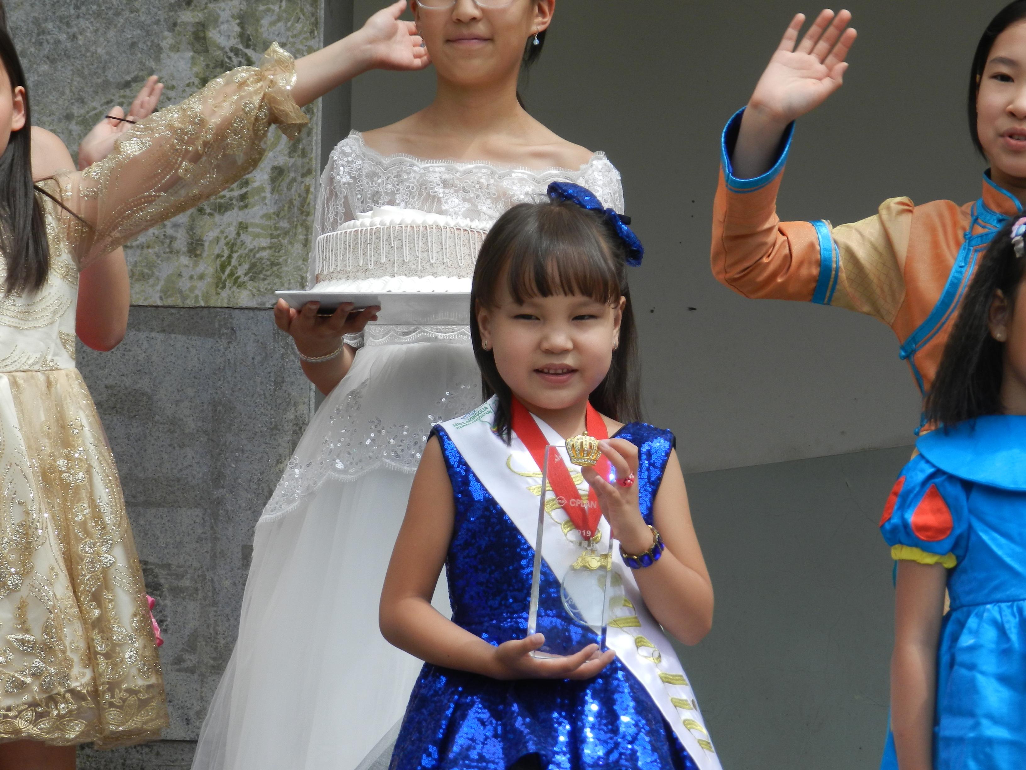"""10-16 """"C PLAN/KIDS Supermodel 2019"""" тэмцээний ялагч Г. Сарангоог бяцхан миссүүд хүлээн авч, баяр хүргэлээ"""