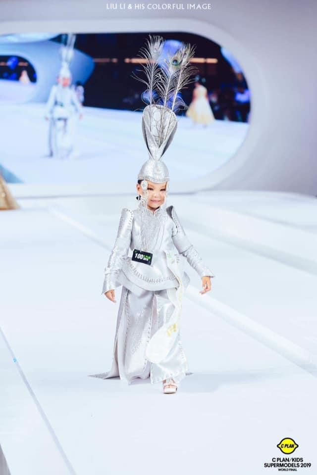 """13-12 """"C PLAN/KIDS Supermodel 2019"""" тэмцээний ялагч Г. Сарангоог бяцхан миссүүд хүлээн авч, баяр хүргэлээ"""