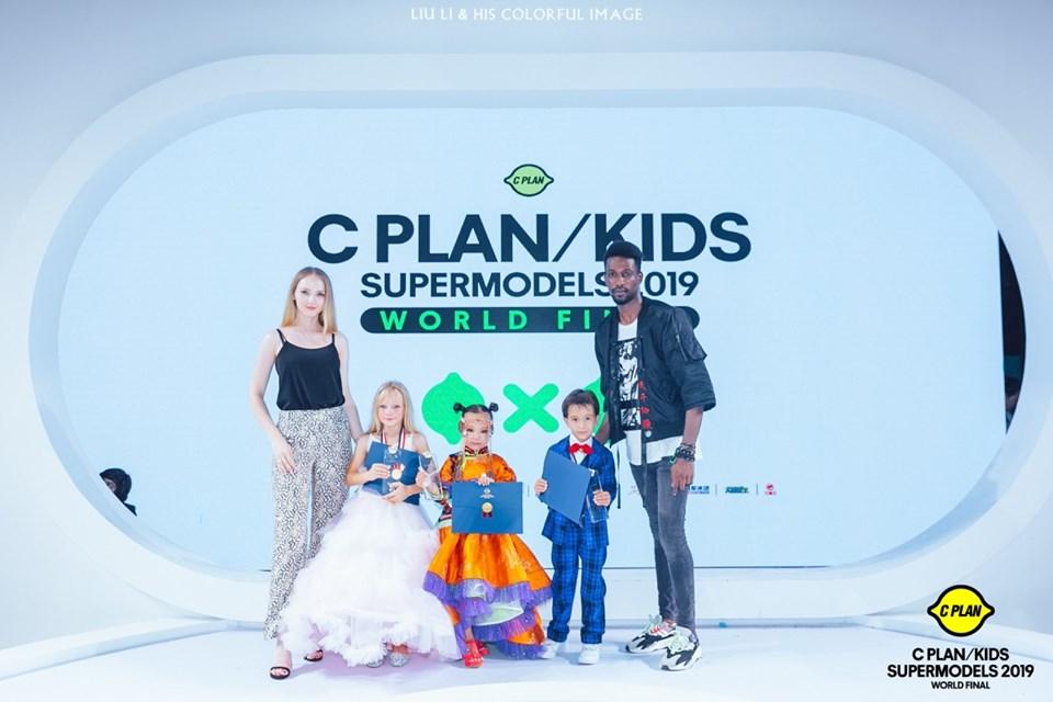 """4-22 """"C PLAN/KIDS Supermodel 2019"""" тэмцээний ялагч Г. Сарангоог бяцхан миссүүд хүлээн авч, баяр хүргэлээ"""