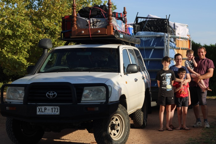 1045788 Монгол гэрт амьдардаг австрали гэр бүл