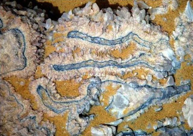 Blue-coloration-by-trace-elements Халуунаас болж Египетэд болор уул бий болжээ