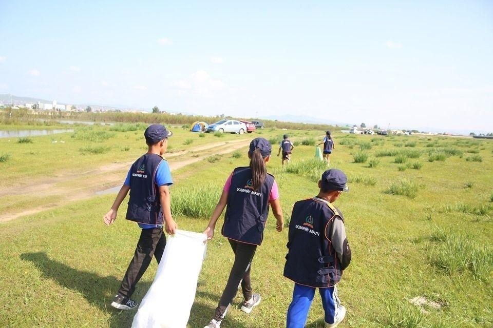 d6a142_68565356_1287184534775633_8571888934718537728_n_x974 Өсвөрийн аврагчид голын эрэг дагуу хог хаягдлыг цэвэрлэжээ